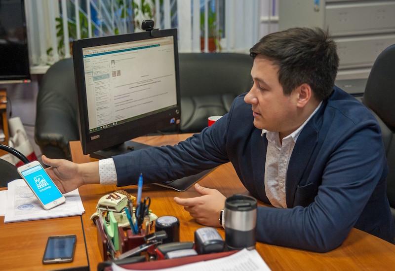 Сергей Егоров демонстрирует разработку своих учеников—приложение ShcoolApp