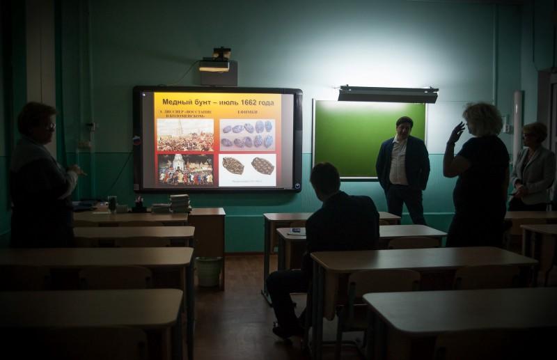 Современный урок не мыслим без мультимедийных презентаций—для этого в классе есть интерактивная доска, проектор и компьютер, подключенный к школьному Wi-Fi