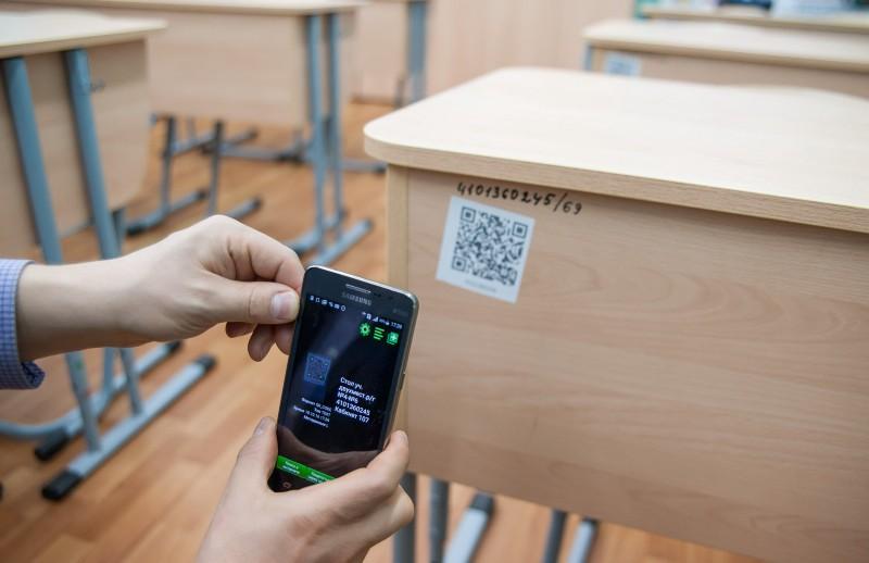 Виртуальная инвентаризация: на каждой парте, мониторе или проекторе вместо номеров—QR -код. Наведешь телефон—узнаешь всю историю предмета.