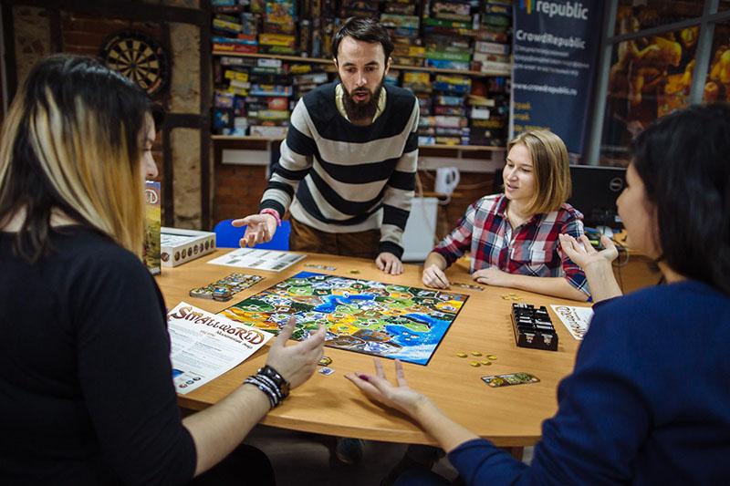 Сотрудники издательства Hobby World увлечены своей работой—играют в локализованный издательством мировой хит Smallworld. Фото: Макс Новиков.