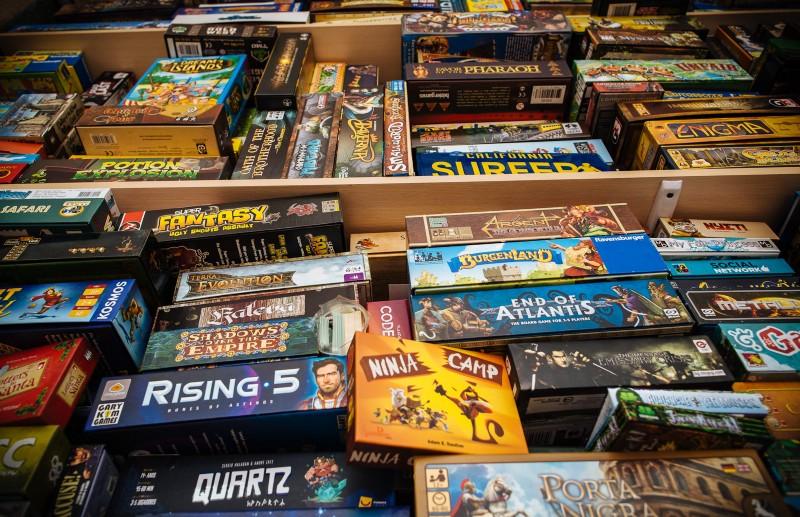 На западе давно и с удовольствием играют в настольные игры. В США, Германии, Великобритании коробки с любимыми играми часто стоят на полках вместе с книгами. Фото: Макс Новиков.