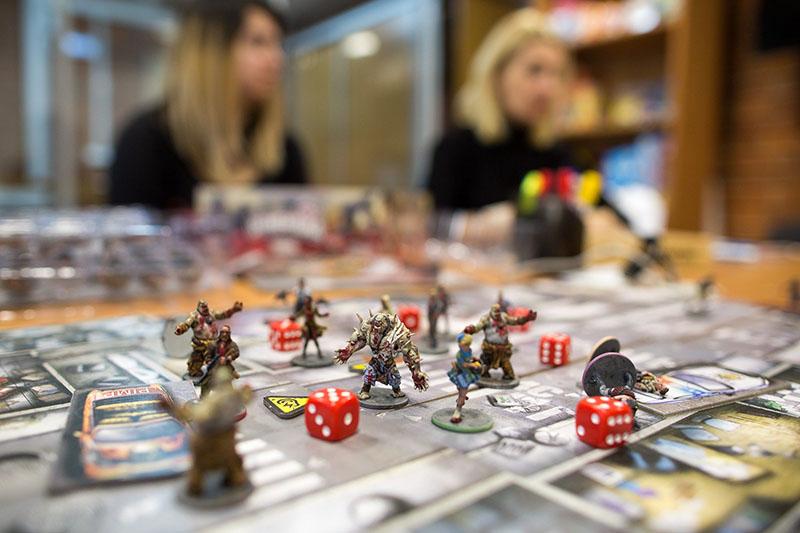 Миниатюры и игровое поле популярнейшей кооперативной игры «Зомбицид» выглядят очень реалистично. Фото: Макс Новиков.